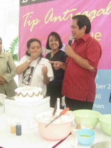 Pak Purbo menjelaskan cara membuat mawar untuk hiasan cake